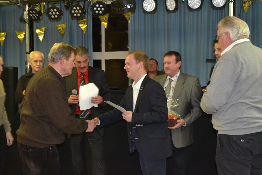 Huldiging van Eduard tijdens de viering van het 50-jarig bestaan van de Wielerclub.